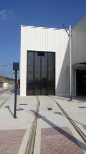 Instalación de puertas para el taller del tranvía de la Bahía de Cádiz